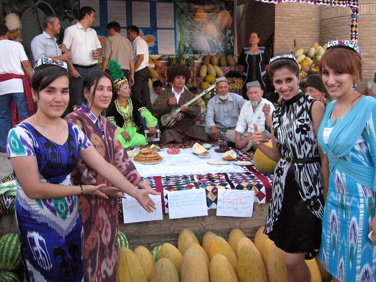 Местные девушки приветствуют гостей на празднике дыни.