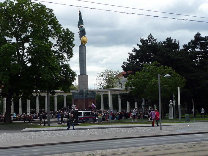 Памятник воину Красной Армии на площади Шварценберг