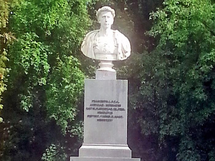 Памятник императору Францу I в парке Лаксенбург в римском стиле