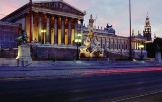 Вид на здания парламента и ратуши