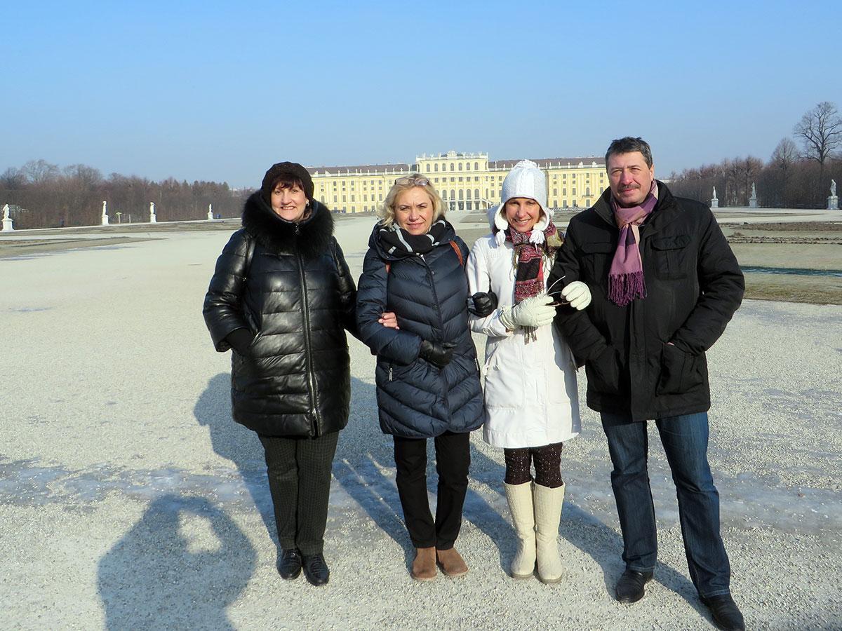 На фоне летней резиденции Габсбургов - дворца Шенбрунн