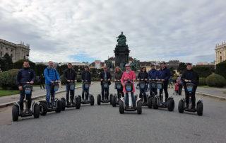Активные туристы на площади Марии Терезии.