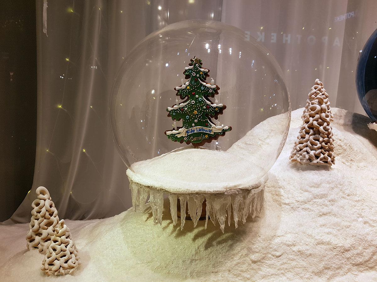 Рождественская витрина знаменитой кофейни Деммель.