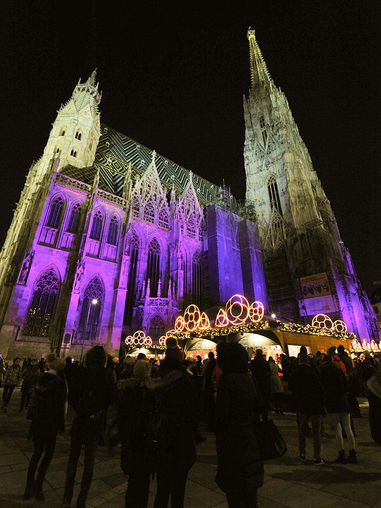 Собор Св. Стефана в рождественских огнях.