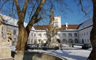 Монастырь Святого Креста (Heiligenkreuz) зимой.