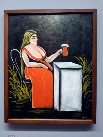 Женщина с бокалом пива